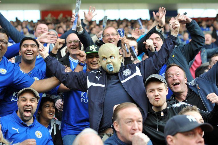 Supporters van Leicester City juichen zondag bij de 1-0 van Jamie Vardy. Beeld Plumb / Getty