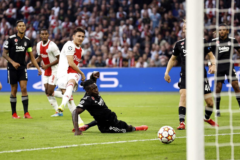 Steven Berghuis van Ajax scoort de 1-0 tegen Besiktas. Beeld ANP