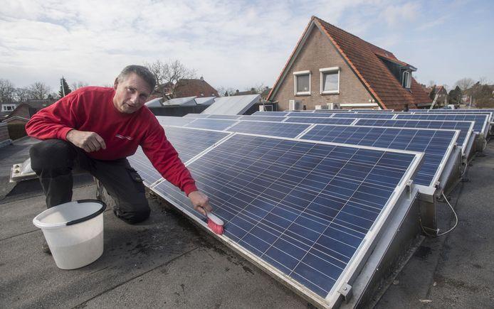 Martin Koopman thuis op het platte dak vol zonnepanelen.
