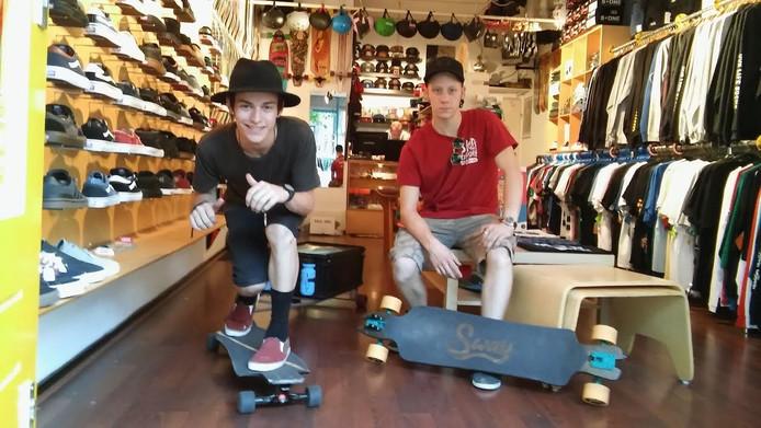 Steve en Ties poseren in de Eindhovense skateshop 100%