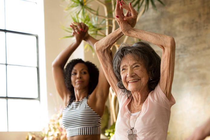 Yogajuf Tao Porchon Lynch (98) is nog steeds lenig.