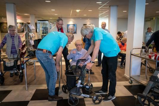 De rollator van mevrouw Ineke van der Put trekt volop belangstelling van de reparateurs Rob Kamerbeek (links) en Rob Althoff.