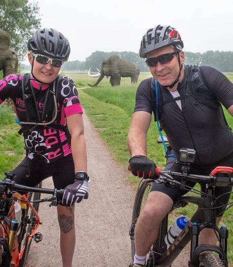 Voor 2800 euro langs alle 52 Nederlandse hunebedden: Henny en Linda hebben de monsterfietstocht erop zitten
