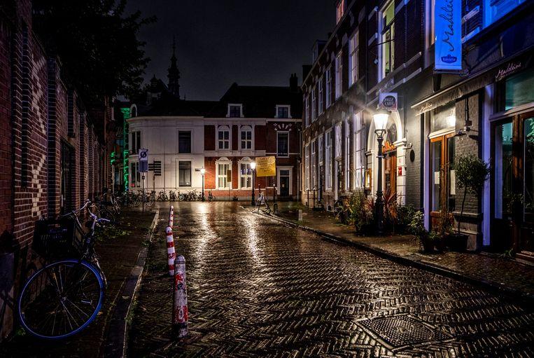 Een lege straat in het centrum van Utrecht om 21.20 uur op een donderdag avond. Beeld Raymond Rutting / de Volkskrant