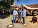 Joris Bengevoord (links) bezoekt Winterswijkse ondernemer Jeroen Scheurs (midden) in Vreden op foodtruckfestival samen met burgemeester Christoph Holtwisch van Vreden.