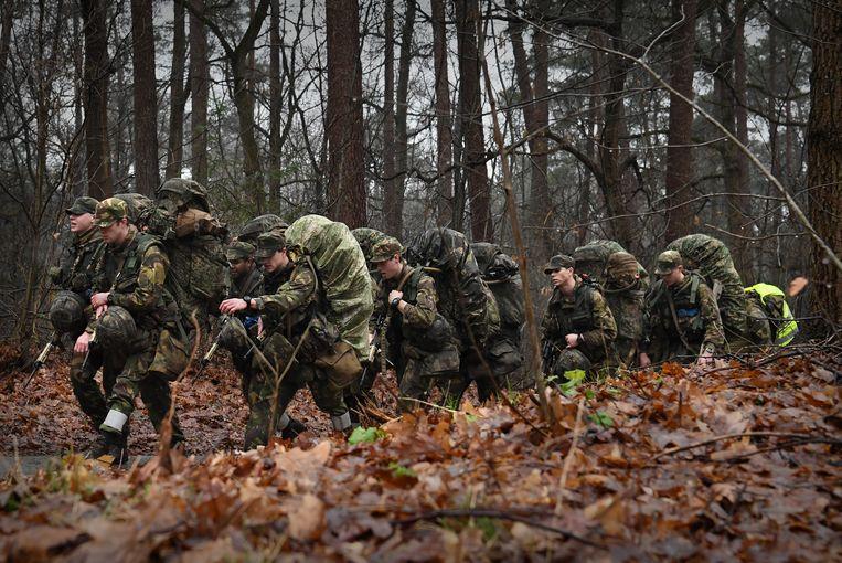 Militairen trainen op de Veluwe bij Schaarsbergen. Beeld Marcel van den Bergh / de Volkskrant