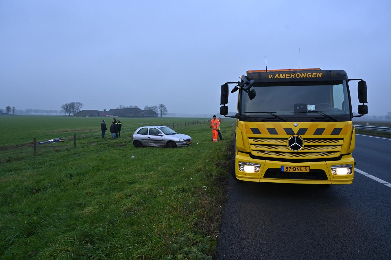 Op de A50 bij Wijchen is een auto in de sloot beland.