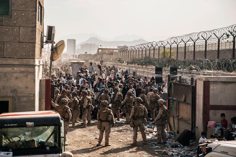 Amerikaanse militairen bij een checkpoint bij het vliegveld van Kaboel.  Beeld AP
