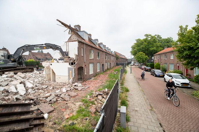 De sloop van de woningen aan de Dennenlaan is in volle gang