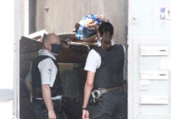 Enkele inspecteurs van de politiezone Vlas in de inkom van het gebouw waar de man van Poolse origine zich langs de Sint-Rochuslaan in Kortrijk had verschanst.