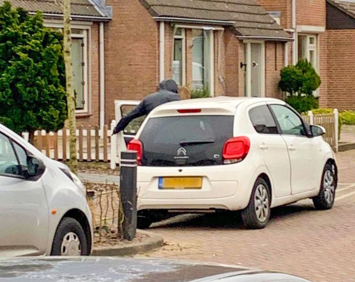 Na de worsteling met de overvaller in Hoogeloon wist de dochter des huizes nog een foto te maken van de vluchtauto met de instappende overvaller.  Achterin zat een vrouw die nergens van wist. Ze wees later de chauffeur aan.