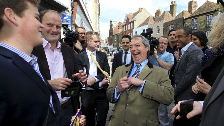 UKIP-leider Nigel Farage (midden) op campagne voor de aanstaande verkiezingen. Beeld ap