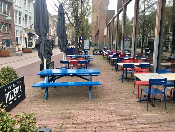 Jamie Oliver's Pizzeria in Arnhem. De terrassen en het restaurant zelf bleven gisteren leeg.