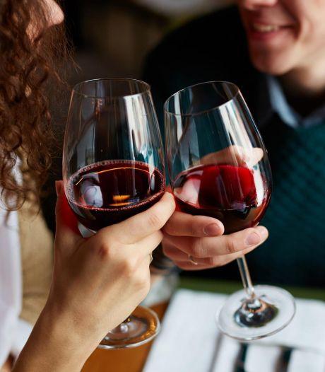 Elle ne donne pas suite à leur relation après trois rendez-vous, il lui demande de lui rembourser les verres qu'il lui a payés
