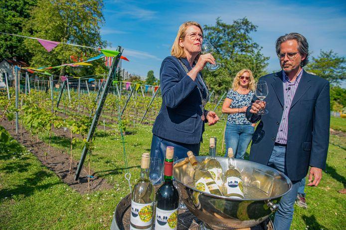 Burgemeester Pauline Krikke laat zich de Haagse stadswijn goed smaken. ,,Heerlijk'', is haar oordeel.