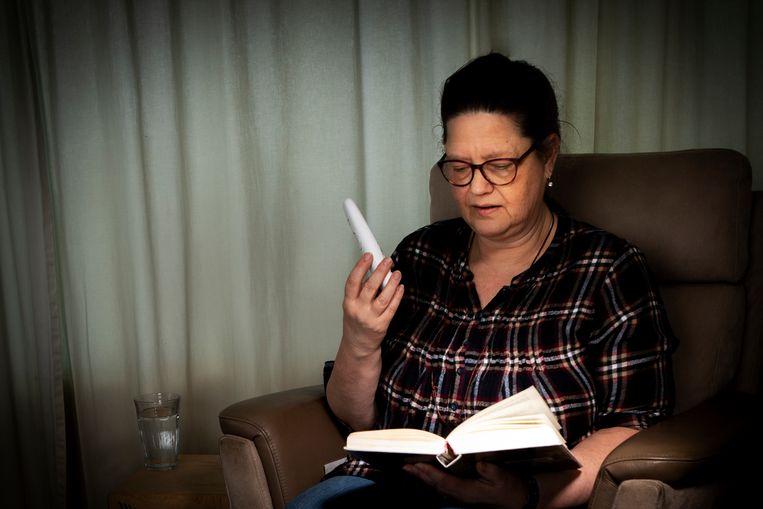 Trudi leest haar kleinzoon Curtis voor via de telefoon... Beeld Martijn Gijsbertsen