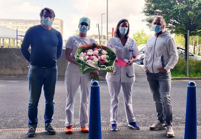 Jo Van Nevel (links) trok naar het UZ Gent met bloemen voor de zorg.