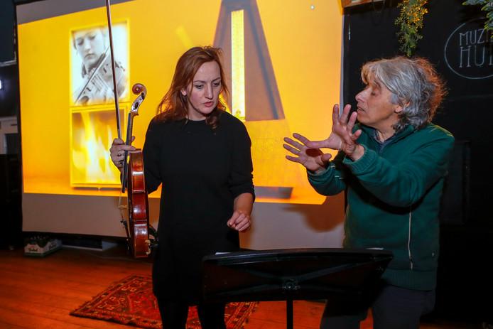 Yvonne van de Pol krijgt uitleg van Jacq Palinckx. Foto Meulenhof