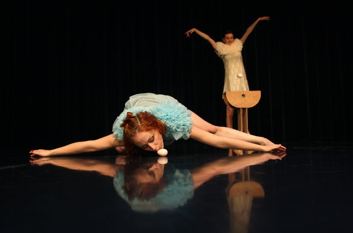 Beeld uit de voorstelling Vliegende Koe (Flying Cow) van dansgezelschap De Stilte