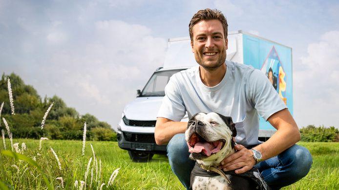 """Viktor Verhulst met  Engelse bulldog Nischie. """"De hond heeft de tijd van zijn leven gehad"""", lacht Fabrice Goffin van Het Blauwe Kruis Kust."""