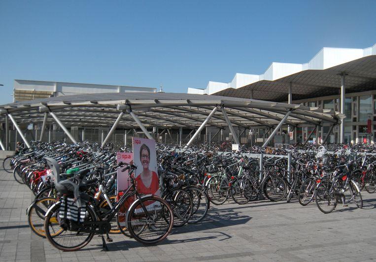 """De fiets met Christel Geerts op aan het station. """"Wat als alle 294 gemeenteraads- en alle 89 provincieraadskandidaten oude fietsen verzamelen en overal in de stad achterlaten tot 14 oktober?"""", stelt Patric Gorrebeeck (CD&V)."""