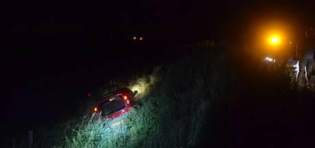 Automobilist rijdt van talud in Echteld, kinderen komen met schrik vrij