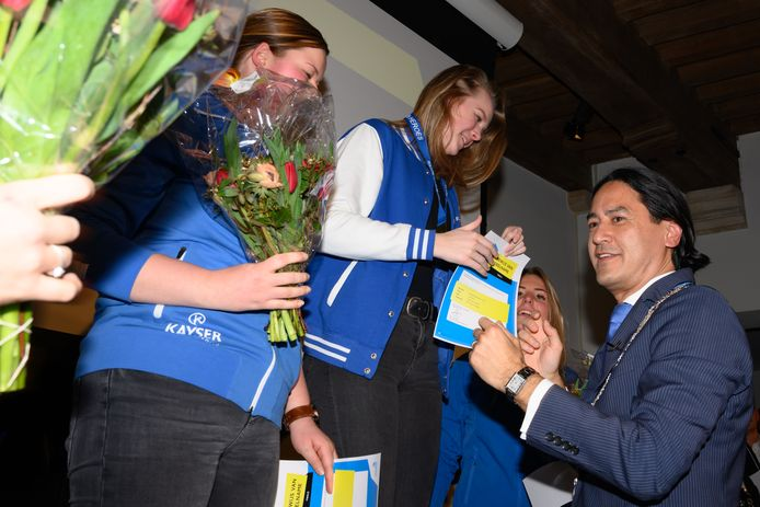Burgemeester Harald Bergmann reikt de gouden medaille uit aan Ashley van den Berg