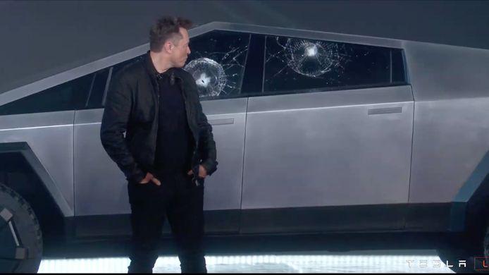 Tesla-topman Elon Musk bij zijn gebroken pantserglas.