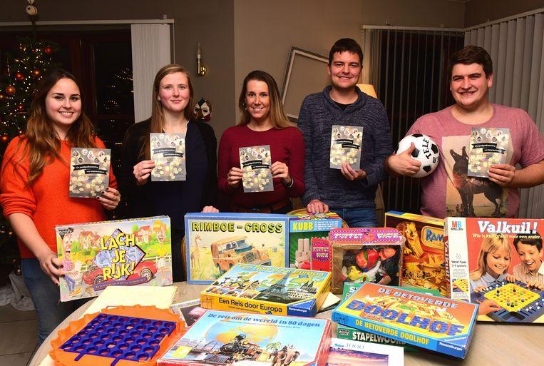 Amber, Ellen, Laura, Jonas en Samuel hebben al wat speelgoed verzameld