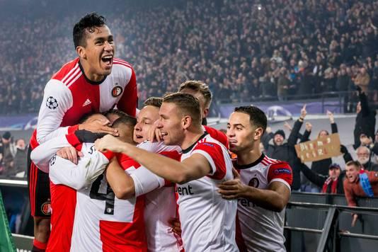 Feyenoord bejubelt de winnende goal van Jeremiah St. Juste tegen Napoli.