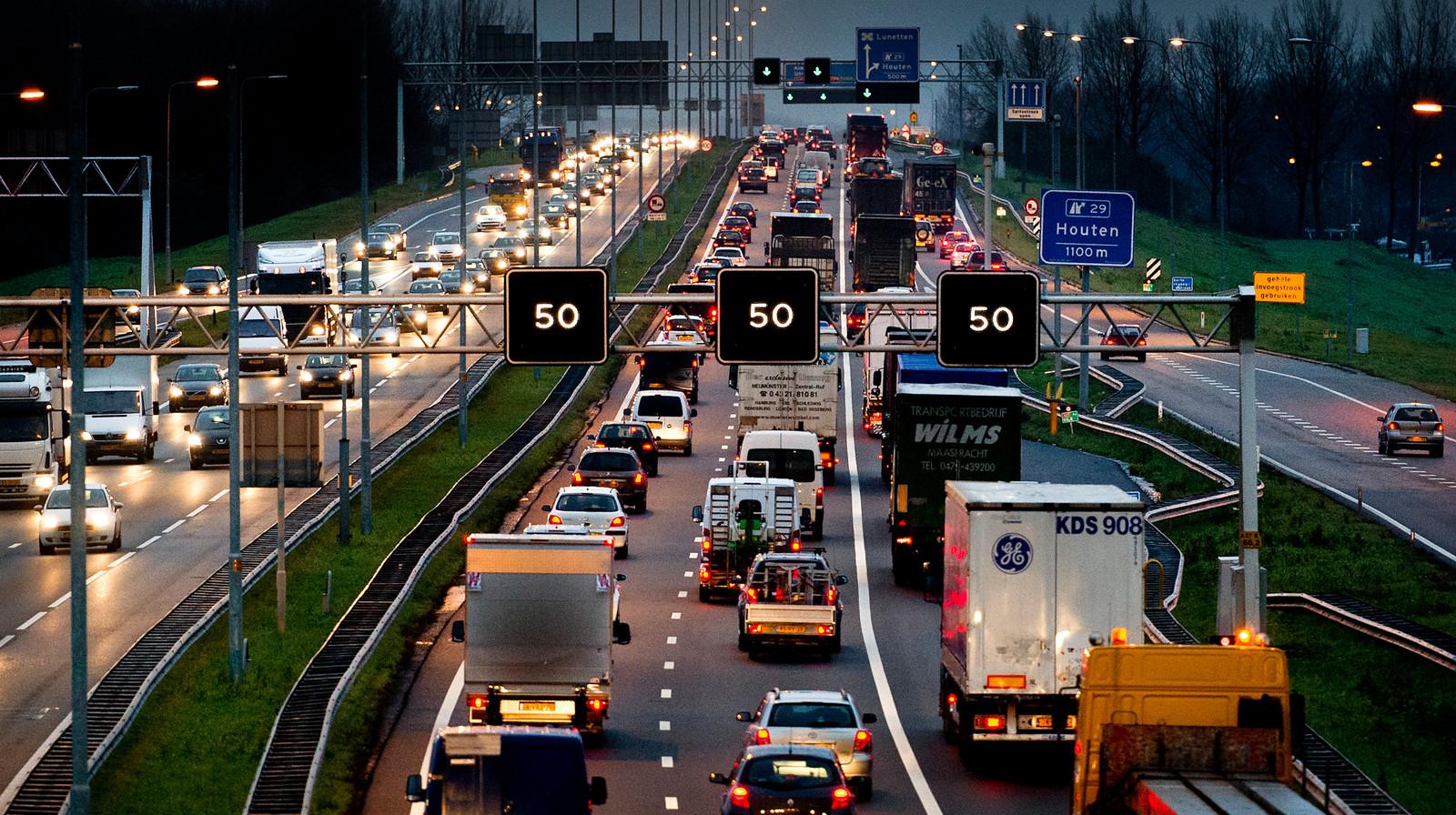 Een lange file rond de A27 richting Utrecht.