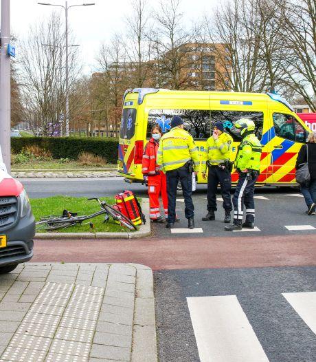 Fietser raakt zwaargewond na aanrijding op rotonde in Rotterdam