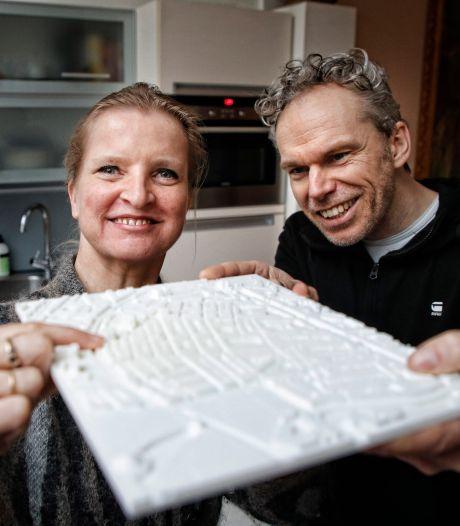 Video van de Dag   Buurman helpt doofblinde Hilda op bijzondere manier buurt door