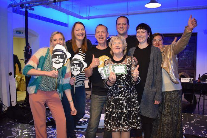 Dit zijn de zes geweldige Zelzatenaren achter de actie 'Zelzate Geweldig'. Marina Wally mocht als eerste de postkaarten van hun nieuwe postkaartenactie in ontvangst nemen.