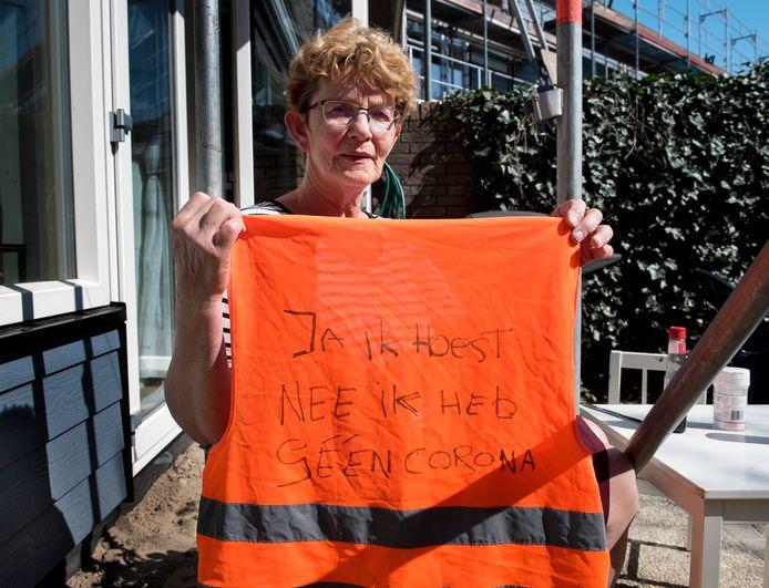 Woerden - Willeke Outshoven werd de Gamma uitgezet omdat ze hoestte, ondanks het hesje dat ze aan had (Foto Marnix Schmidt)