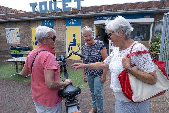 De openbare fietsenstalling aan het Zusterplein achter de Markt in Middelburg blijft open. De gemeente geeft ook de komende twee subsidie aan de ondernemersvereniging, die de fietsenstalling en de openbare toiletten beheert.