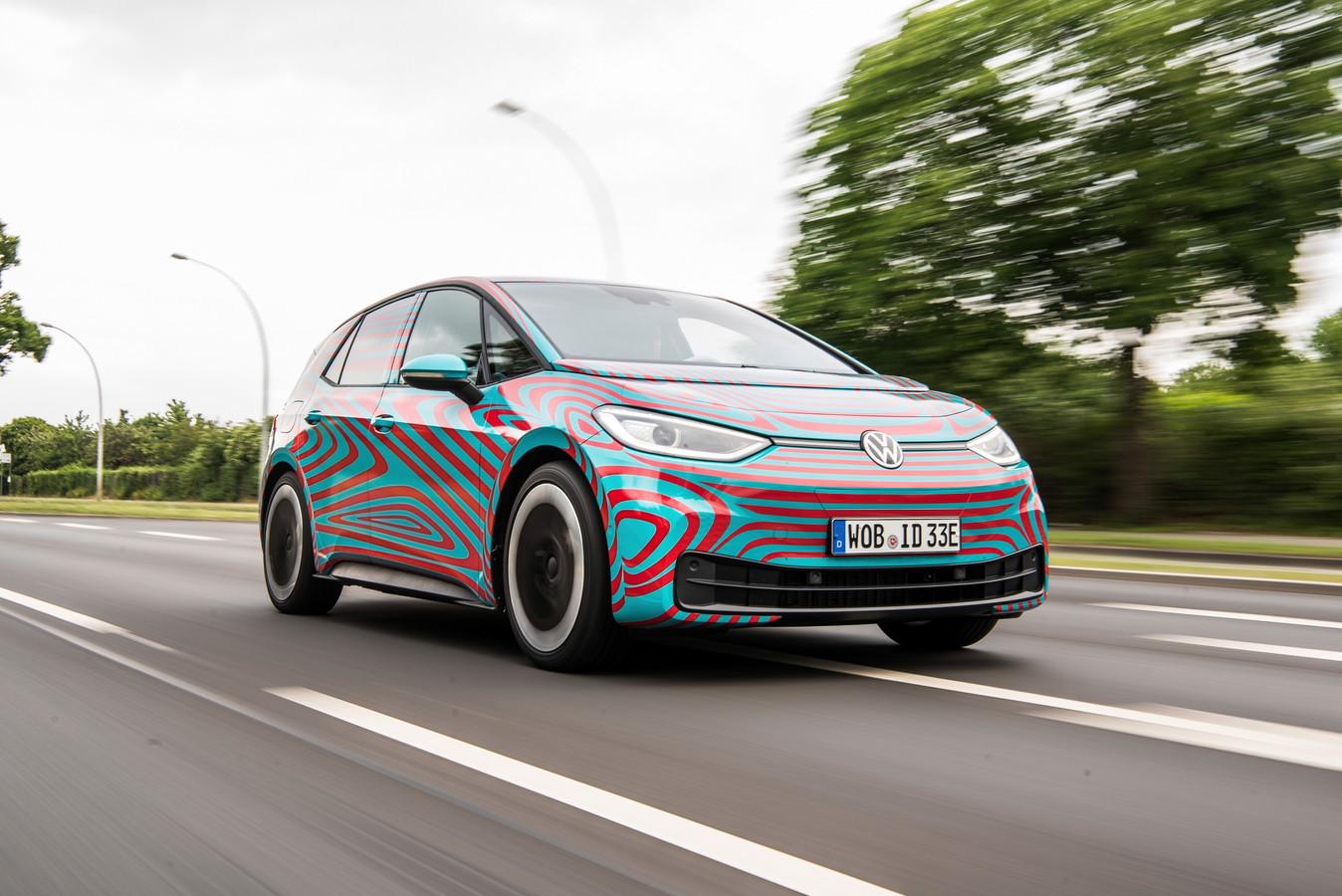 De VW ID.3 rijdt nu nog rond met camouflerende stickers.