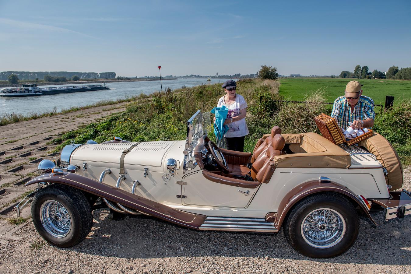 Dinie en Ad van Ingen uit Veenendaal kwamen met hun oldtimer richting De Waal om te genieten van de scheepvaart en een picknick.