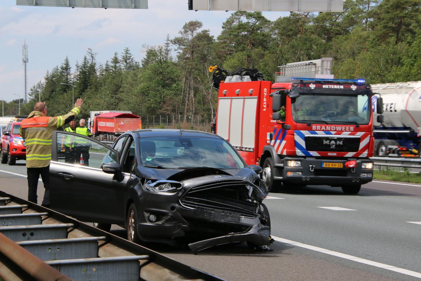 Een beschadigde auto op de A12 bij Arnhem na de aanrijding.