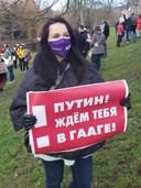 'Poetin! We wachten op je in Den Haag!', stond op het bord dat Katja Lenskaya zaterdag in Den Haag meevoerde tijdens een demonstratie tegen de arrestatie van Aleksej Navalny in haar geboorteland Rusland.