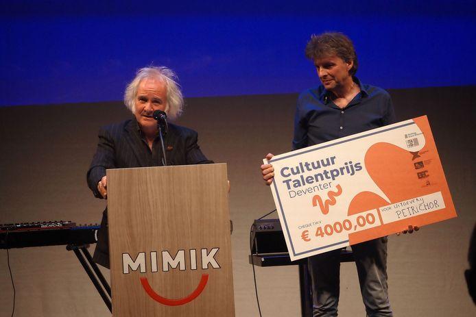 Martin Knaapen (l) en Marcel Herms nemen de prijs in ontvangst.