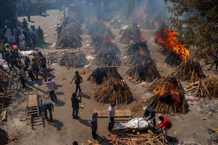 Tientallen brandstapels om slachtoffers te cremeren.