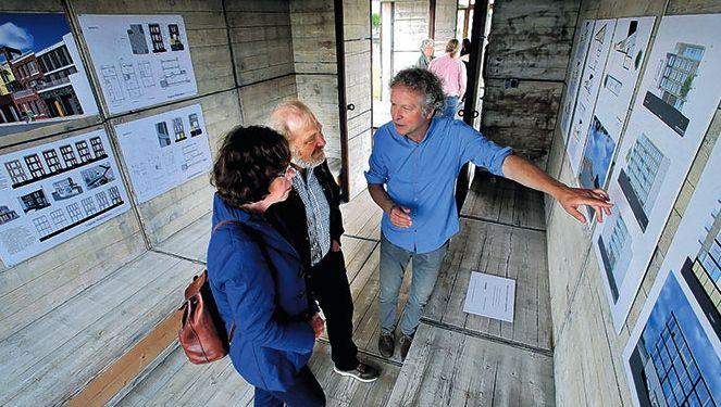 Hendrik Groeneweg van Groeneweg Van der Meijden Architecten vertelt toekomstige bewoners over het appartementencomplex.