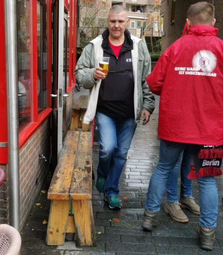 Gemoedelijke sfeer Oude Haven: honderden supporters Union Berlin zingen en drinken biertje