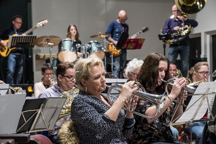 Fanfare  Crescendo uit Milsbeek repeteert voor haar winterspecial op 15 december.   Foto Theo Peeters
