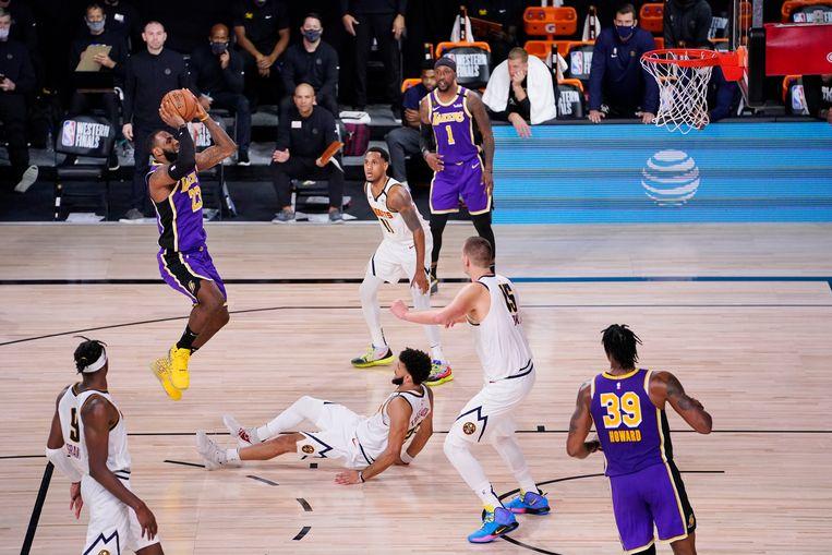 LA Lakers-vedette LeBron James met een jumpshot tegen Denver Nuggets, voor een plek in de NBA-finale. Beeld AP