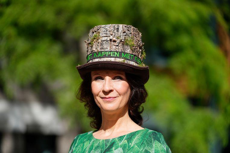 De Partij voor de Dieren staat bekend om de hoedjes met een boodschap. Kamerlid Esther Ouwehand draagt een gekapte boom als hoed met de tekst 'Kappen met kappen'. Beeld Hollandse Hoogte /  ANP