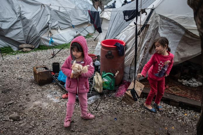 Kinderen in een Grieks vluchtelingenkamp.