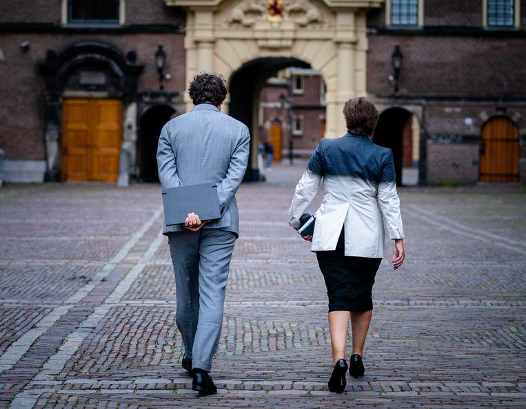 Lilianne Ploumen (Pvda) en Jesse Klaver (Groenlinks) na afloop van een gesprek met informateur Mariette Hamer over de kabinetsformatie.  Beeld ANP