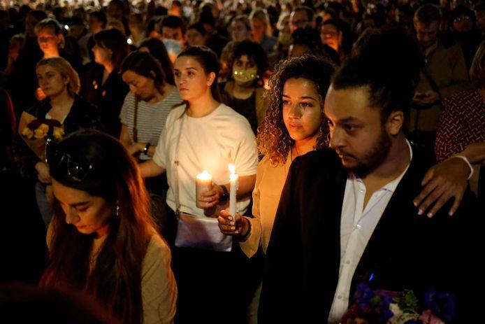Mensen houden kaarsen vast ter nagedachtenis van de vermoorde lerares Sabina Nessa.